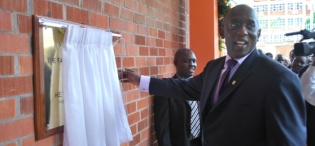 ICT Minister Hon. Ham Muliira unveils the plaque at the launch, 28th January 2009, Makerere University, Kampala Uganda