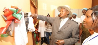 President Museveni unveils the plaque to launch the Food Technology & Business Incubation Centre (FTBIC) during celebrations to mark FST 20th Anniversary 2nd October 2009, Makerere University, Kampala Uganda